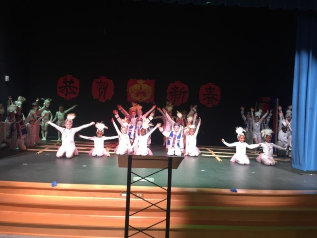 「竹竿舞」演出。(記者林麗雪/攝影)
