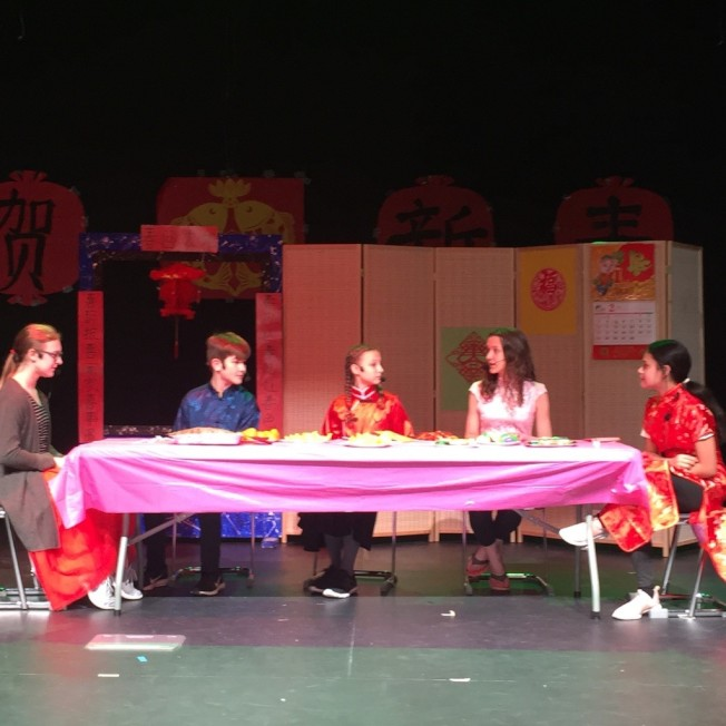 中學生表演話劇「中國新年」,介紹中國年習。(記者林麗雪/攝影)