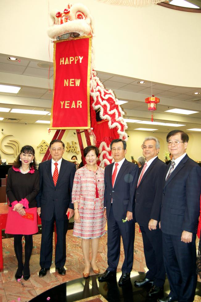 祥獅打出英文「新年快樂」字符,祝賀農曆豬年的到來。