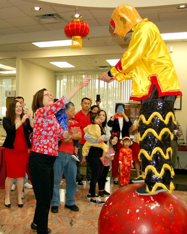 金城銀行員工送紅包給福娃。