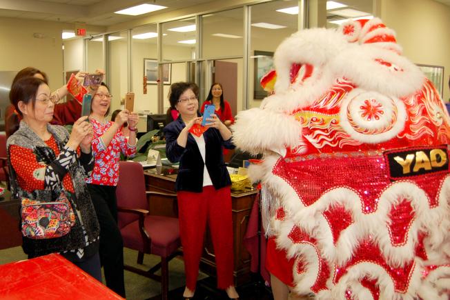 金城銀行員工紛紛用手機拍攝舞獅。
