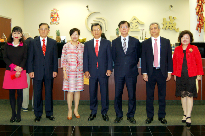 金城銀行董事長吳光宜夫婦(右四、五)、總經理黃國樑(右三)等合影。