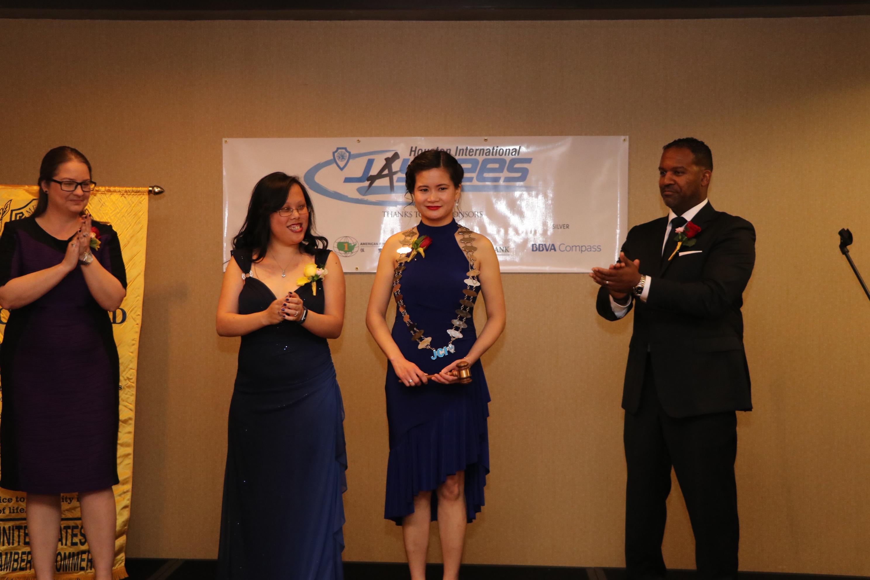 新任亞裔青商會會長張嘉文(右二)自前會長鄭雅如(Bonnie Cheng,左二)手中接下象徵會長信物的議事槌及項鍊。