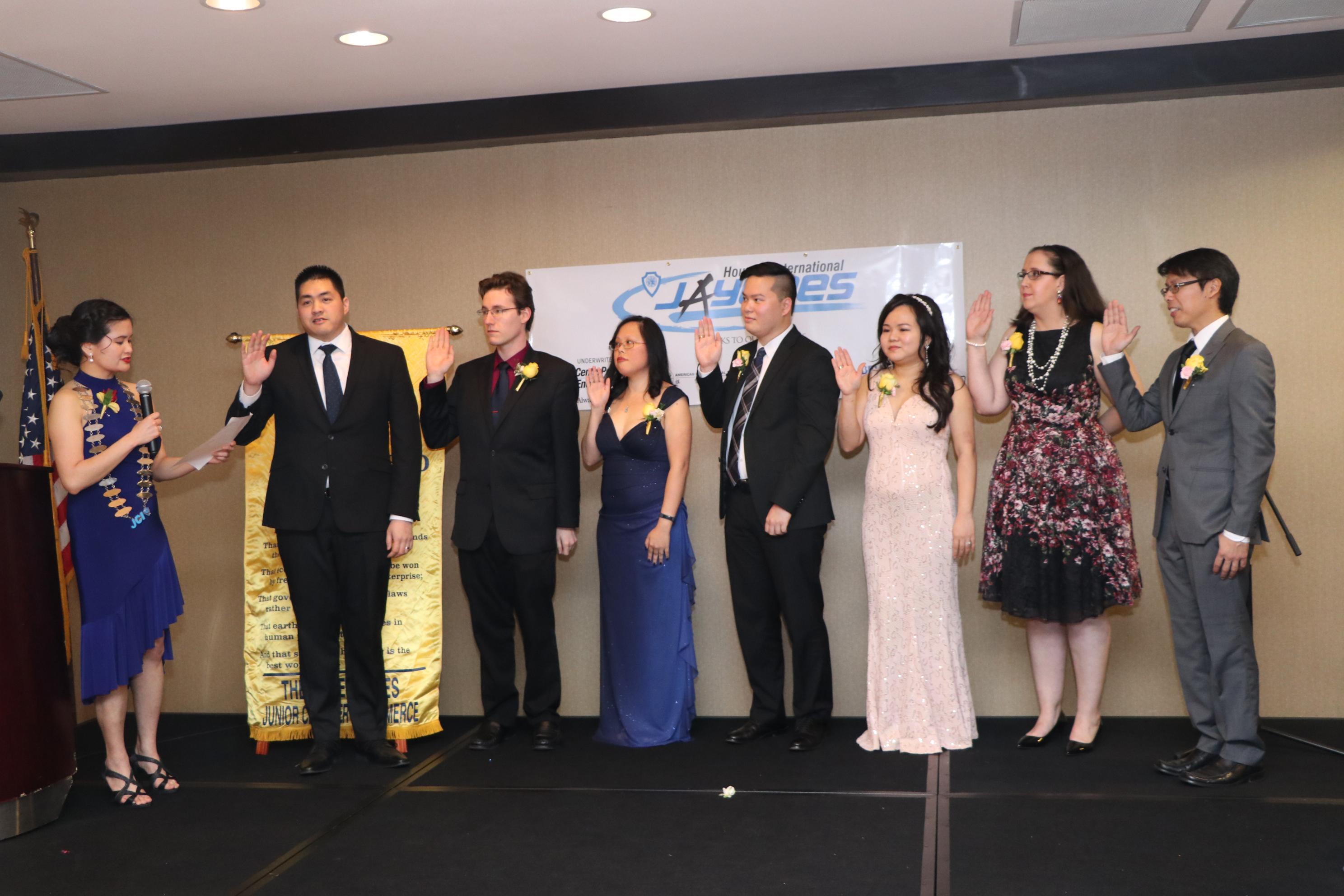 2019年休士頓亞裔青商會會長張嘉文(左一)率全體理監事宣誓就職。