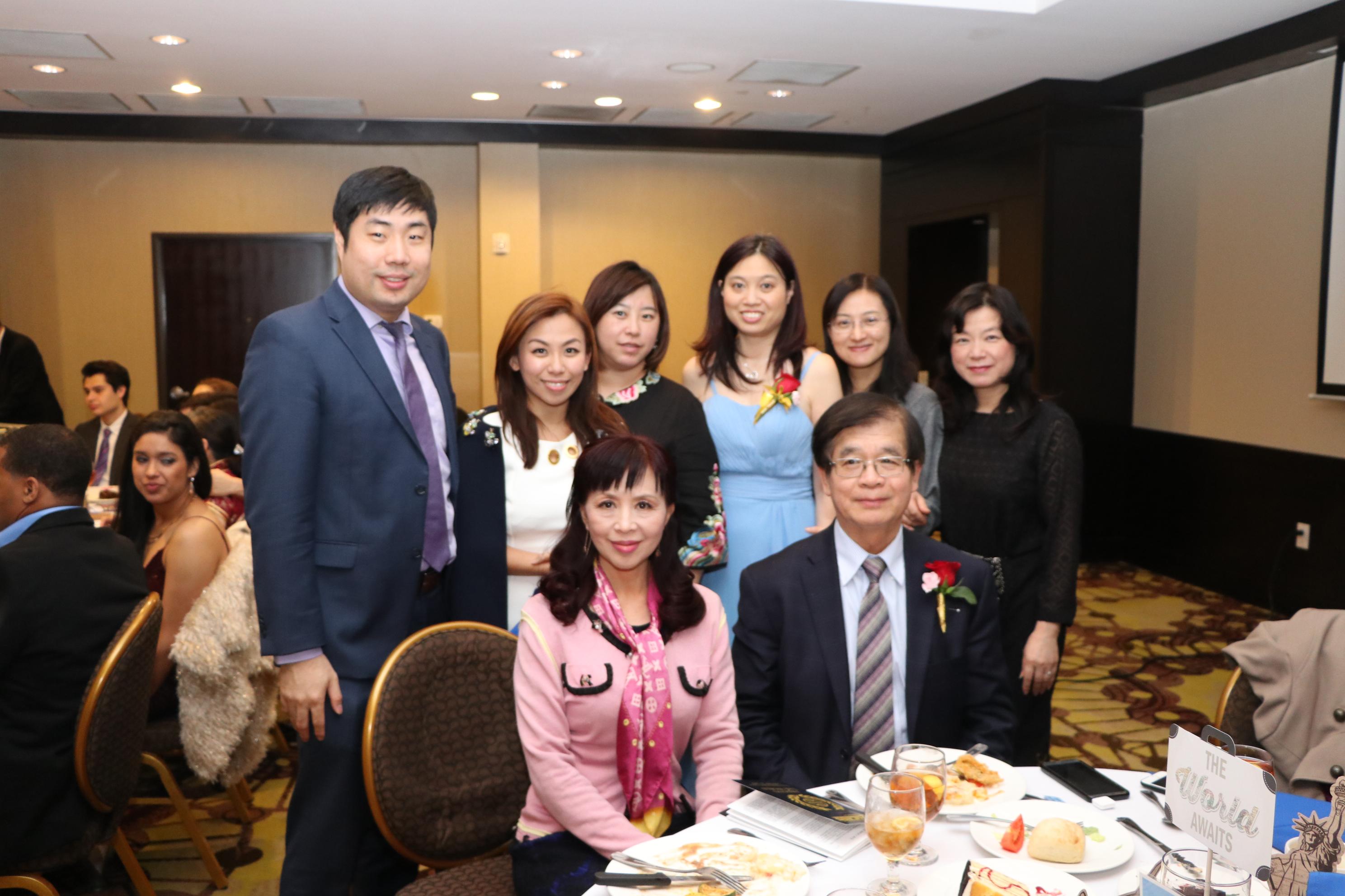 金城銀行總經理黃國樑(前排右一)帶領行員前來祝福。