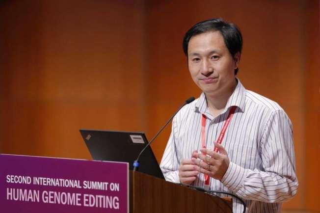圖為中國基因科學家賀建奎去年出席一個在香港舉行的基因編輯峰會。(美聯社)