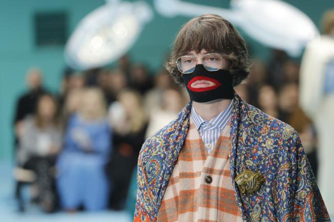 義大利時裝GUCCI在米蘭舉行2018-19時裝秀時,模特兒戴了一個黑色臉套用以保暖,但被批評對黑人不敬。(美聯社)