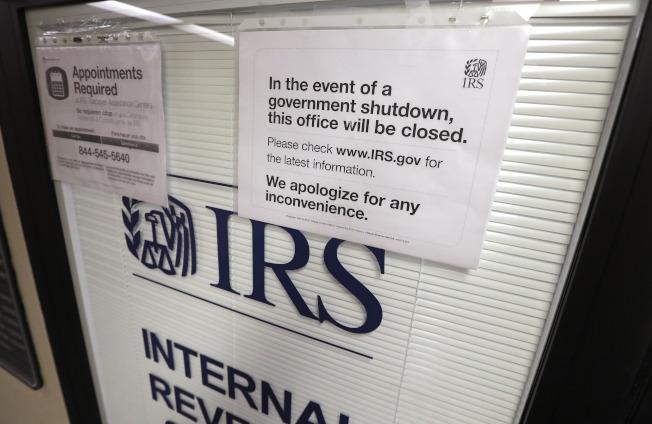 今年報稅季已經開始,為避免政府再度關門,專家建議納稅人儘早申報。圖為國稅局辦公室在政府關期間貼出告示。(美聯社)
