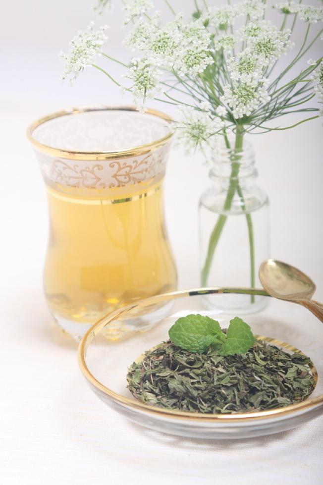綠薄荷葉沖茶。