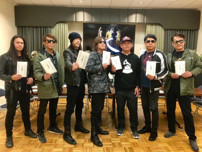 台灣董事長樂團「祭」專輯入圍葛萊美專輯包裝設計獎,團隊在蕭青陽(右三)帶領下將出席10日葛萊美頒獎典禮。(記者謝雨珊/攝影)