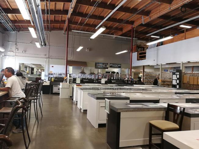 劍鋒建材公司佔地10萬多呎的倉庫式陳列室。