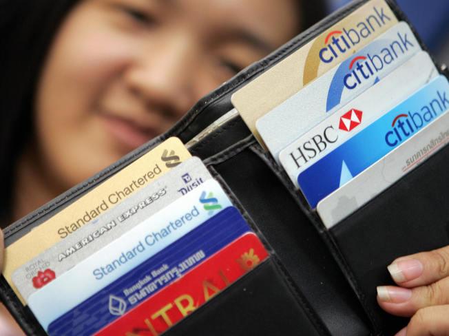 某些美國民眾為償還信用卡卡債,申辦個人貸款。(Getty Images)