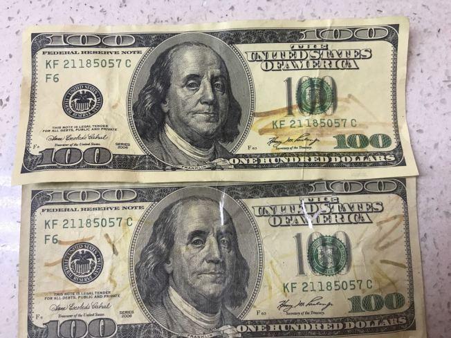 法拉盛的美食廣場商家一天內收到兩張編號相同的假幣。(記者牟蘭╱攝影)