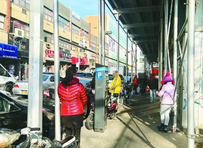 疑似從事按摩業的女性站在街上,在40路上經常能看到。(記者朱蕾/攝影)