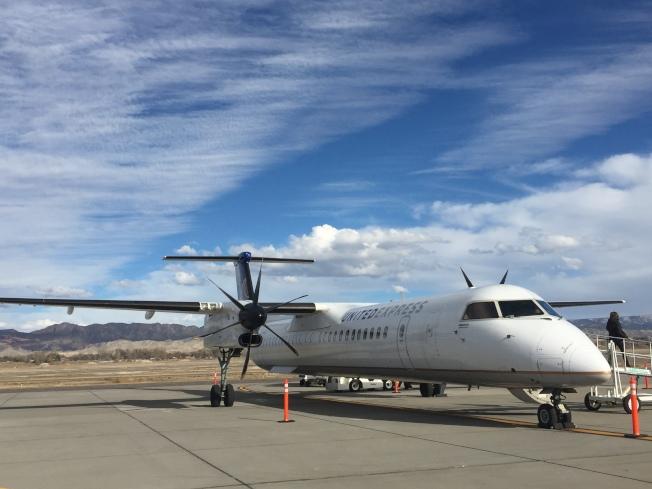 大小滑雪場完全靠著為數眾多的小機場,肩負運輸旅客的重任。圖為停放在蒙特羅斯(Montrose)機場的雙螺旋槳小客機。