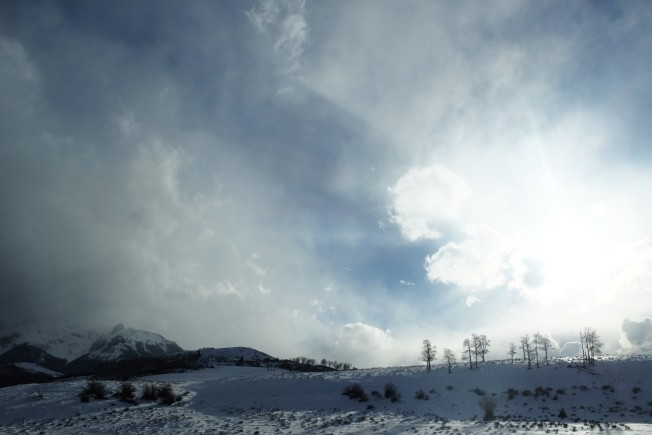冬季的科羅拉多州山野裡一片銀裝素裹,一派如詩如畫的北國風光。