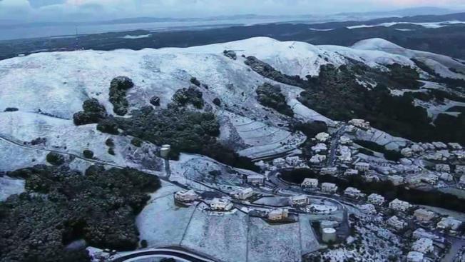 東灣卡斯楚谷5日罕見地下雪,成為一個白色世界。(電視新聞截圖)