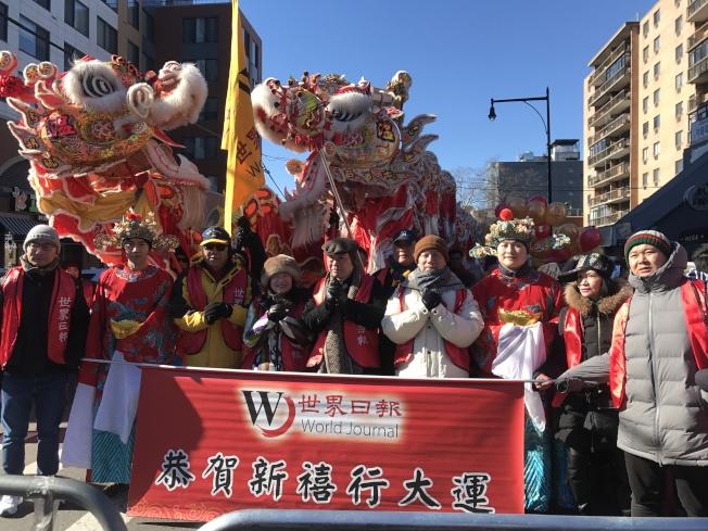 世界日報遊行隊伍以一輛紅色和金色的氣球花車以及兩條巨龍登場,受到民眾的歡迎。(記者牟蘭/攝影)