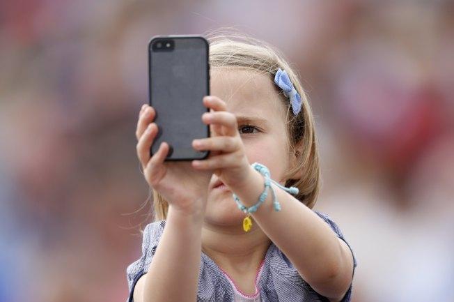現在的小朋友大多有自己的手機。(路透)