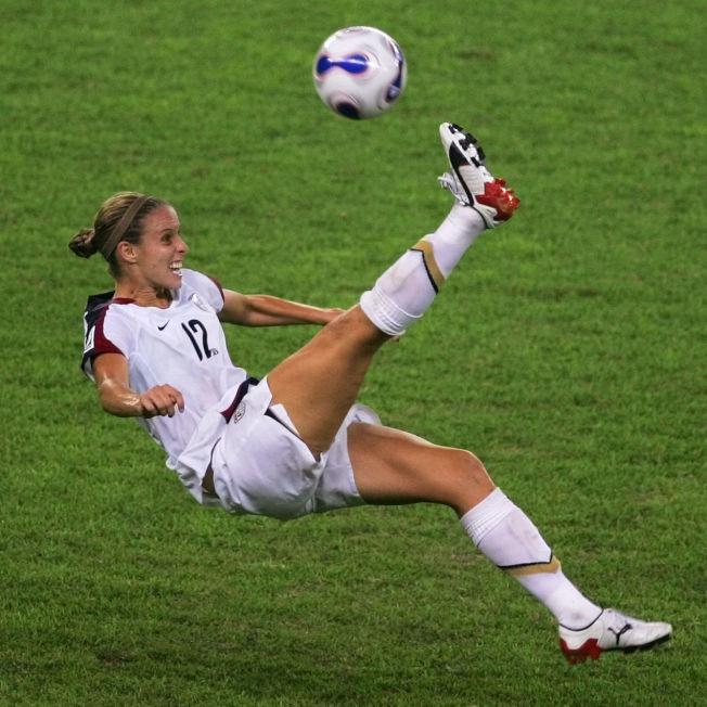 萊斯里·奧斯伯恩曾是美國國家足球隊選手,她後來與隊友合作創立彩妝品牌。(美聯社)