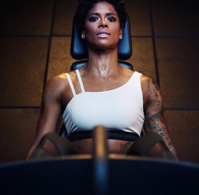 健身教練瑪西‧阿里亞斯在廣告中帶妝運動,妝容依舊完整未脫妝。(取材自Instagram)