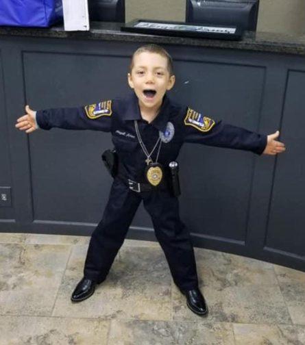 患有絕症的德州六歲女童艾比蓋兒終於完成當警察的心願。(自由港警察局圖片)