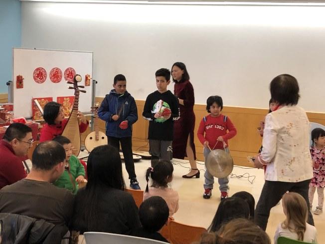 老師以動手學習的互動方式教導兒童學習中華文化。(記者顏潔恩/攝影)