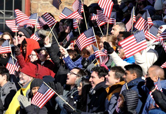 麻州國會參議員華倫宣布參選,角逐2020年民主黨總統提名,圖為支持者在台下揮動美國國旗。(Getty images)