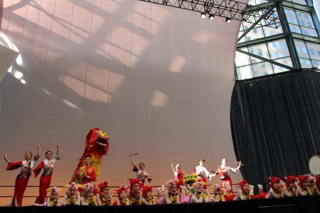 華裔小演員們表演富有豬年特色的舞獅節目作為開場。(記者張晨/攝影)
