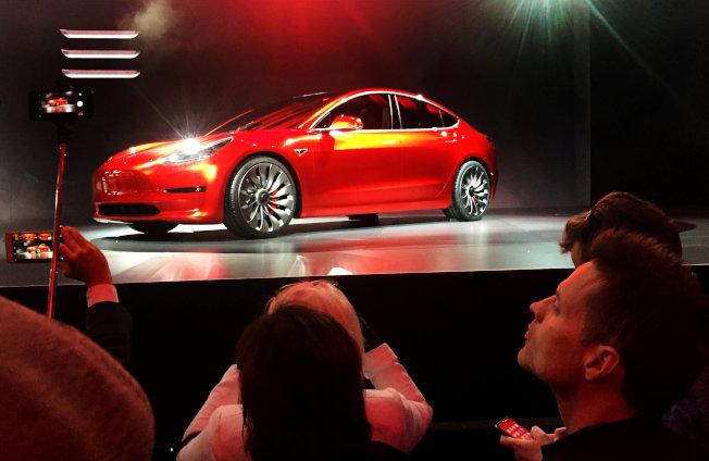 特斯拉Model 3奪下全美暢銷豪華車冠軍。(路透資料照片)