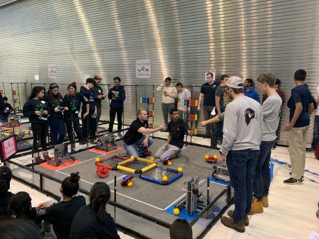 皇后區沃恩航空學院9日舉辦機器人大賽,由臧國鈞、湯Ryan帶領的幼獅電腦晉級紐約州冠軍賽。(記者賴蕙榆/攝影)
