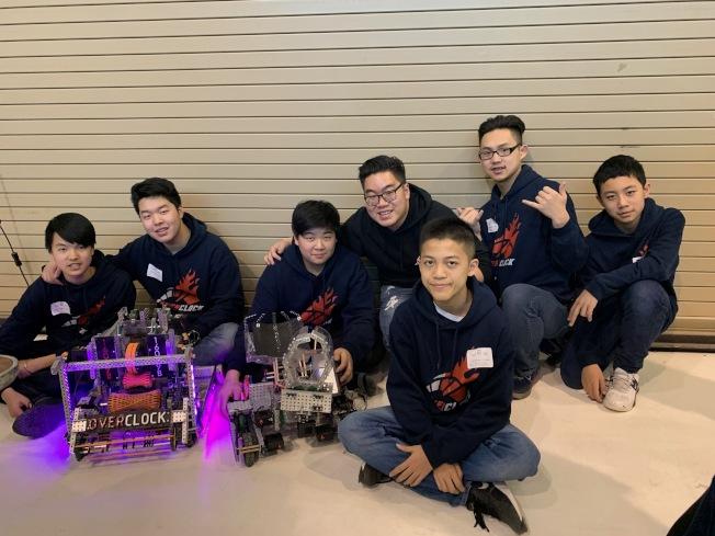 幼獅電腦班學生打造長、寬、高各16呎的機器人參加大賽,獲晉級紐約州冠軍賽資格,左二是隊長李凱文。(記者賴蕙榆/攝影)