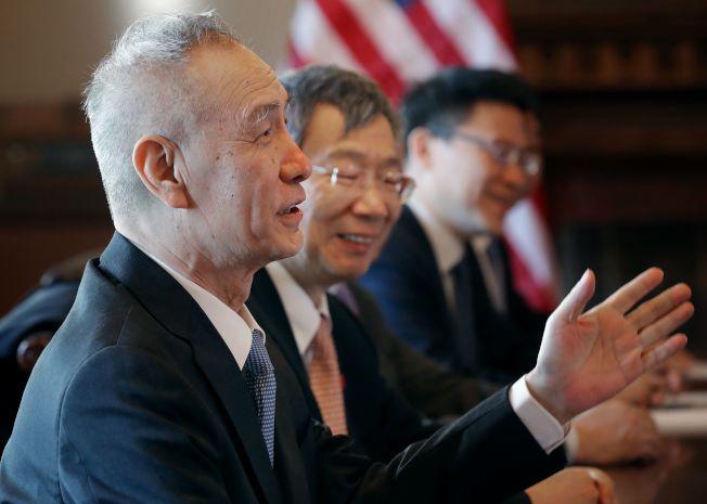 下一輪美中貿易談判將在北京登場,中方由國務院副總理劉鶴(左一)領軍,美方由貿易代表賴海哲主談。(Getty Images)