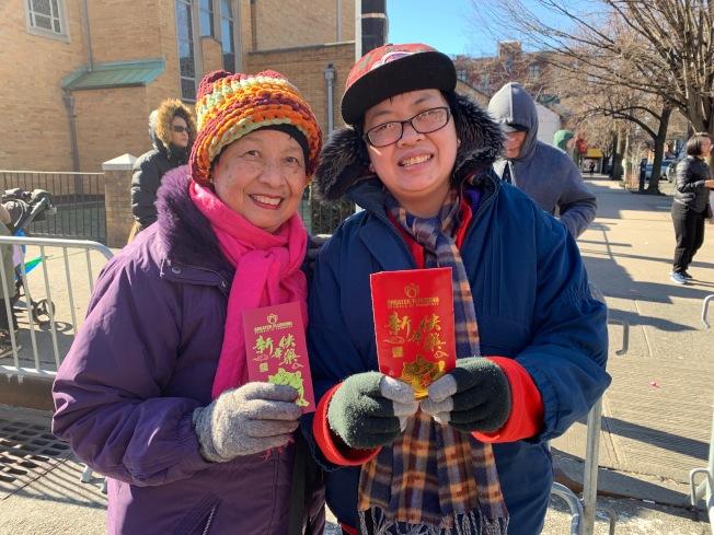 不少華裔民眾拿到新春好禮。(記者賴蕙榆/攝影)