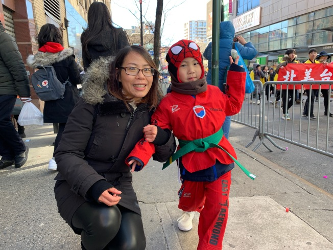 陳丹(左)表示託兒子林Ethan(右)的福,她首次走入遊行隊伍。(記者賴蕙榆/攝影)