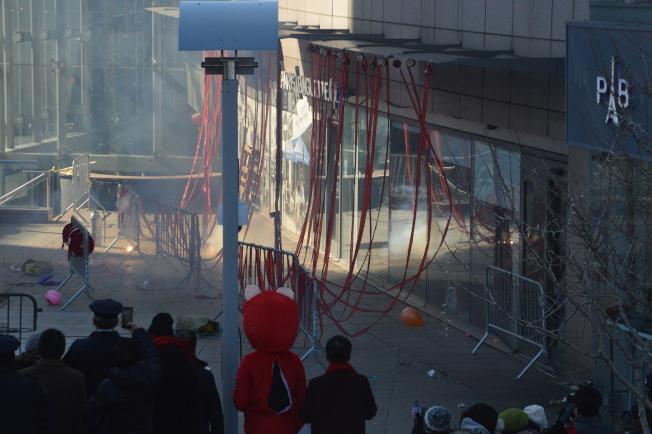 華商會燃放10萬發炮竹,和民眾共慶新春。(記者牟蘭/攝影)