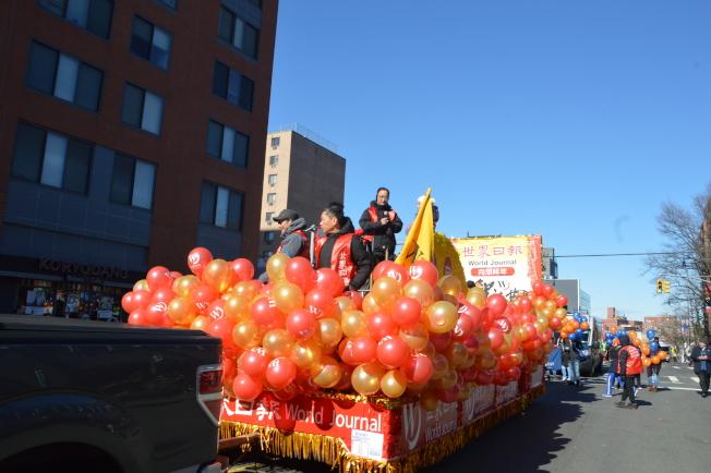 世界日報今年以一輛紅色和金色裝飾的花車,在華人隊伍中打頭陣。(記者牟蘭/攝影)