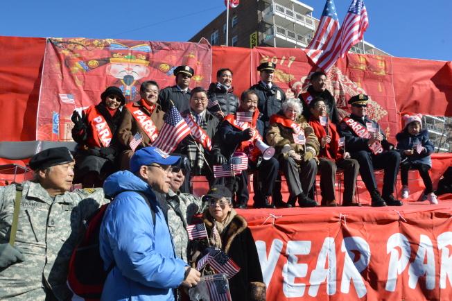 民選官員和主辦方坐在主席台上為遊行隊伍喝彩。(記者牟蘭/攝影)