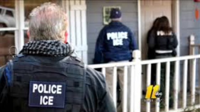 美國海關及移民執法局在北卡密集拘捕數百名無證移民,圖為ICE探員突檢一戶民宅。(取自推特)