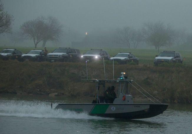 約有1700名參加大篷車行動的無證移民已抵達美墨邊界,美國邊境巡邏隊在伊戈帕斯的布拉渥河邊嚴陣以待。(Getty Images)