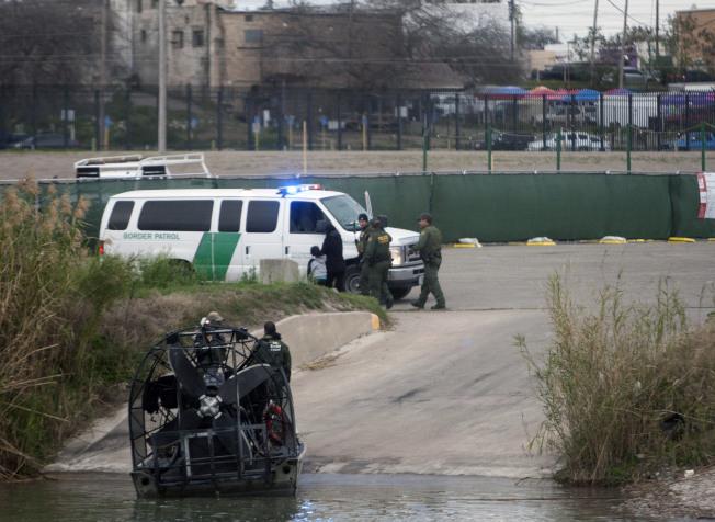美國邊境巡邏探員在德州伊戈帕斯逮捕越過格蘭德河的一對母女。(Getty Images)