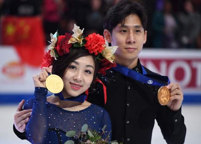 隋文靜(左)韓聰(右)在四大洲花式滑冰賽雙人組奪下金牌。(Getty Images)