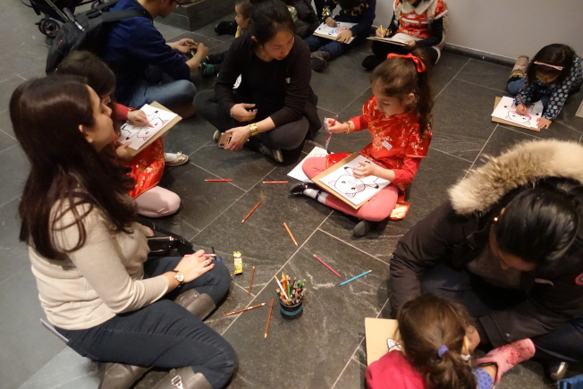 大都會博物館內各式春節活動吸引家長和兒童參加。(記者金春香/攝影)