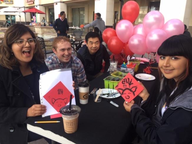 钻石吧林先(左三)邀请住在西好莱坞的洋人朋友到四季广场过年,吃年菜,画年画,写福字,乐不思返。(记者杨青/摄影)