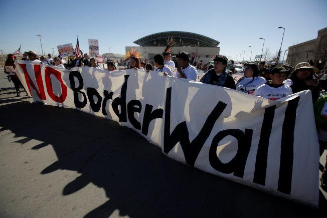 川普將再赴德州推動建牆,圖為邊界人權網絡成員在德州艾爾帕索集會反對興建邊界牆。(路透)