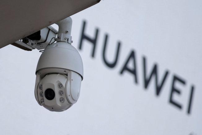 捷克再封殺華為,命令國防部雇員刪除華為手機中的應用程式AirWatch。圖為北京街頭一處華為的廣告招牌。(路透資料照片)