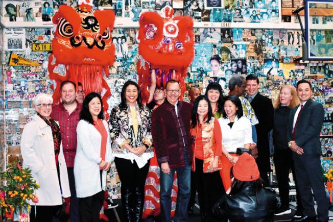 市議會議長余鼎昂(左五)聯同市長布里德(左四)等來賓向華裔社區拜年。(記者黃少華/攝影)
