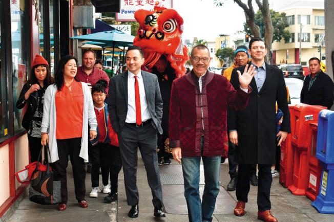 市議會議長余鼎昂沿海洋大道拜訪華人小商戶時向市民招手示意。(記者黃少華/攝影)
