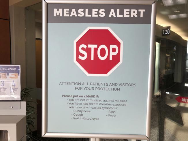 華盛頓州爆發嚴重的麻疹疫情,當地醫院也在入口處豎立告示,提醒民眾注意。(美聯社)