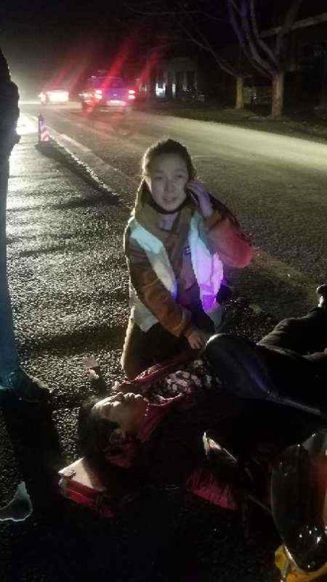 河南90後女醫生彭露露跪地救人,撥打了急救電話。(取材自人民日報客戶端)